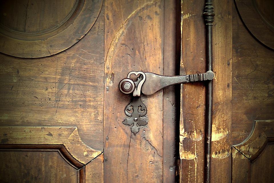 church-door-1927074_960_720.jpg